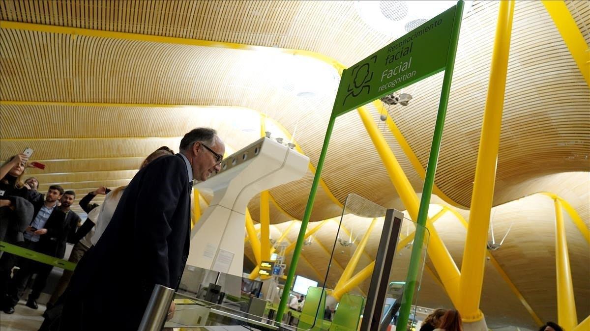 El presidente de Iberia, Luis Gallego, prueba el reconocimiento facial en el proceso de embarque