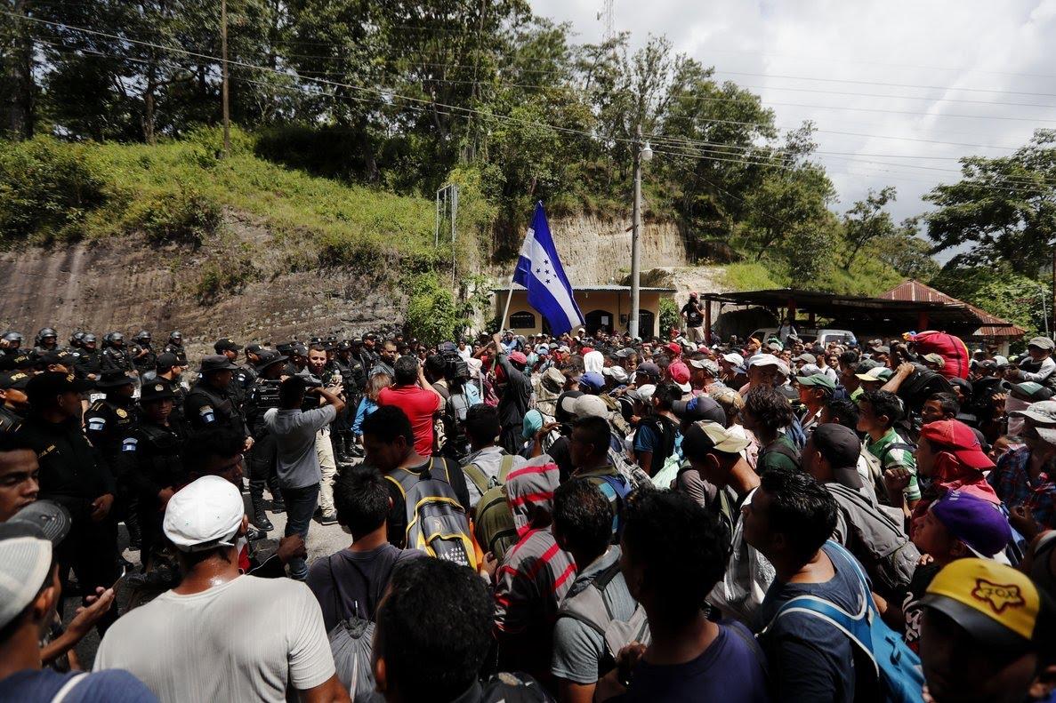 AGUA CALIENTEGUATEMALA- Migrantes hondurenos llegan a la frontera de Agua Calienteen donde la Policia de Guatemala les impidio el paso hoylunes 15 de octubre de 2018en ChiquimulaGuatemalaLa caravana de migrantes es para llegar hasta los Estados Unidos por la pobreza e inseguridad que se vive en HondurasEFE Esteban Biba